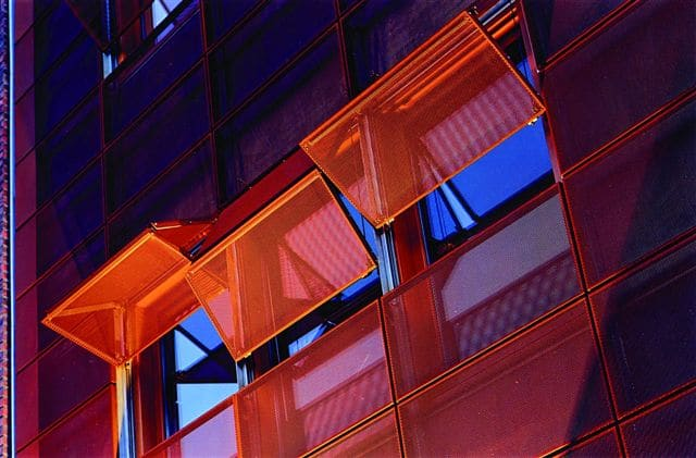 Facade, perforerede plader, Facadebeklædning i metal, stål facader, facadebeklædning, facader, metal, metal facade, solafskærmning, solafskæring i stål, stål solafskærmning, afskæmning